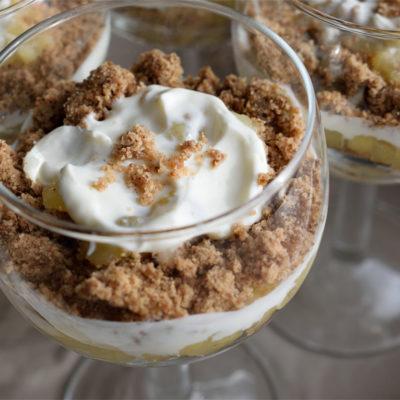 Apple crumble dessert with sour cream